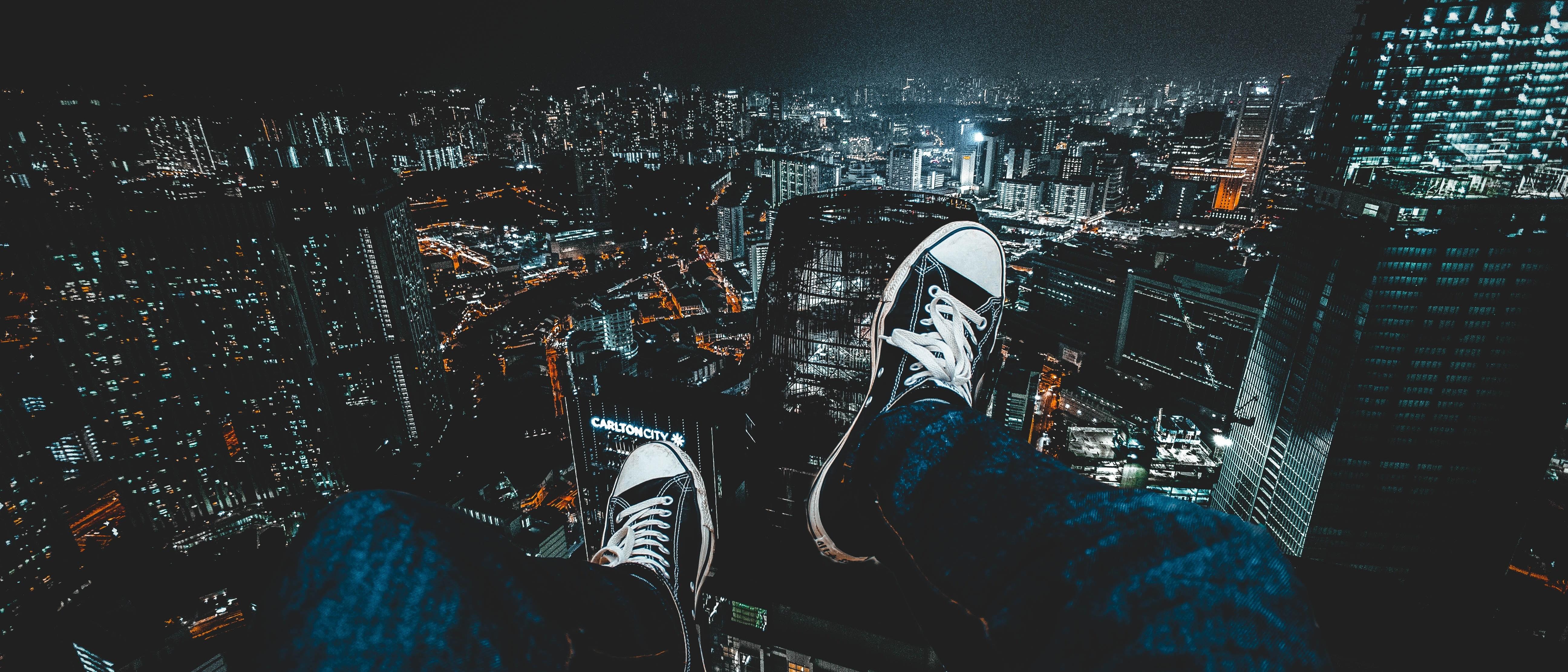 trampki na tle nocnego miasta